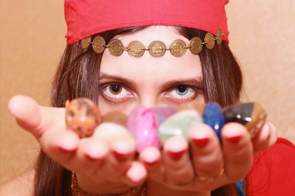 Mujer espiritista o adivina con piedras en las manos